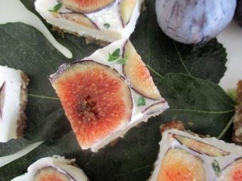 Receita/Recipe: https://arquetipicocozinhainusitada.wordpress.com/2016/07/29/cheesecake-cru-de-figo-raw-fig-cheesecake/